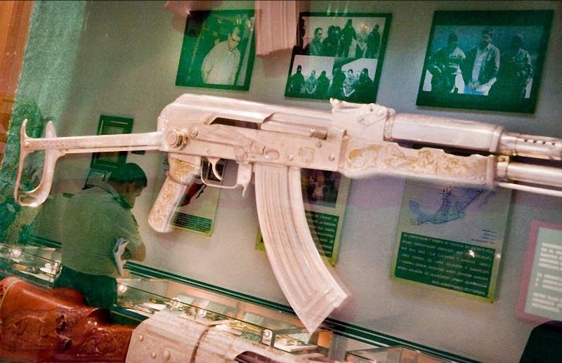 Автомат с гравировкой мексиканских наркодельцов