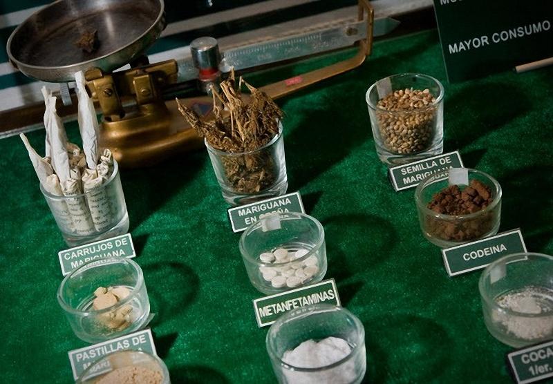 Наглядные примеры наркотических средств- марихуана во всех видах, кокаин, кодеин, матамфитамин