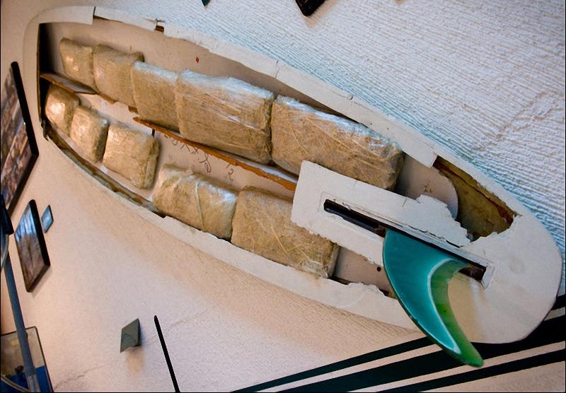 Уникальный экспонат показывающий раскрытие хитрого плана транзита каркотиков в теле доски для серфа