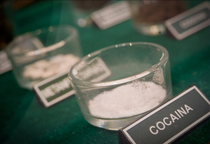 Фото баночки с кокаином. Наглядное изображение самого распространенного в Мексике наркотика.