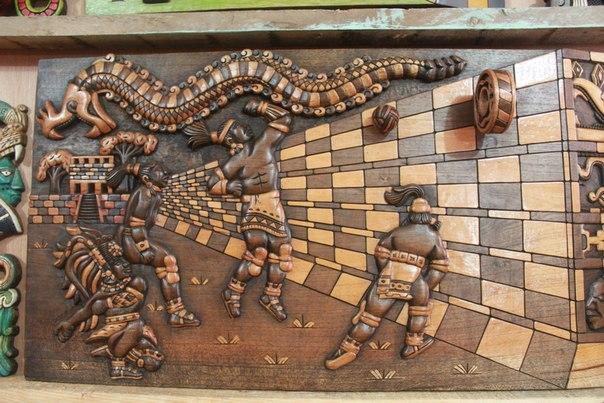 Деревянный барельеф изображающий игру в индейский футбол Пок та Пок