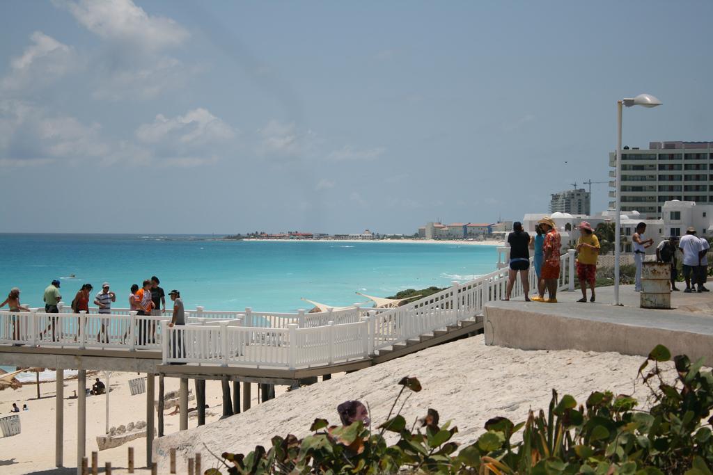 Вид с обзорной площадки на пляже Дельфинус в Канкуне
