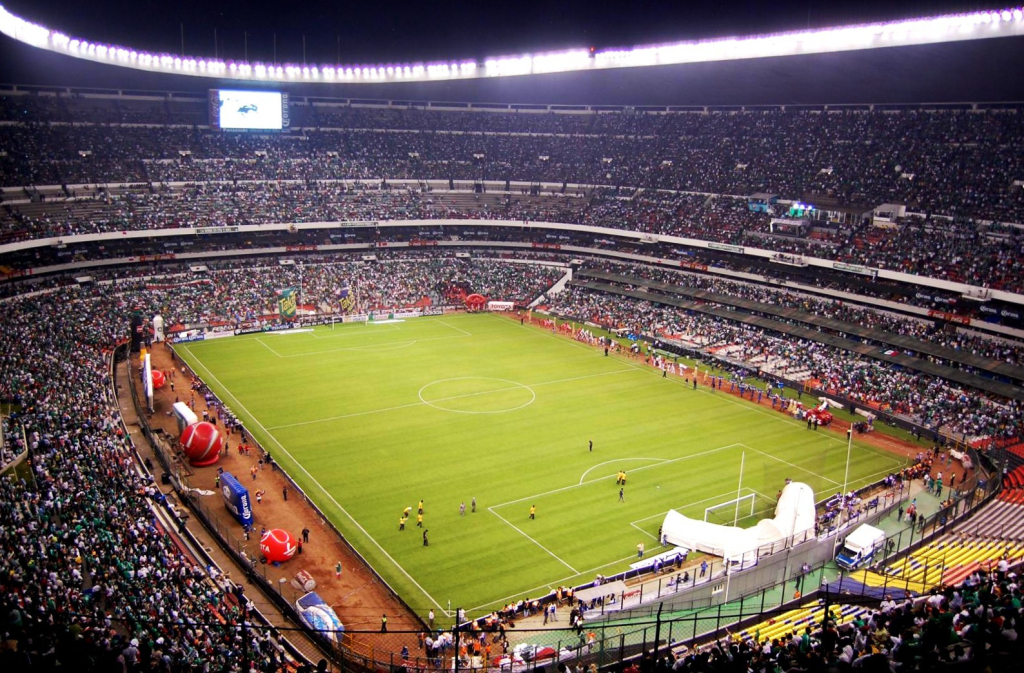 Стадион Ацтека в Мехико сити в момент празднования 48-летия со дня открытия