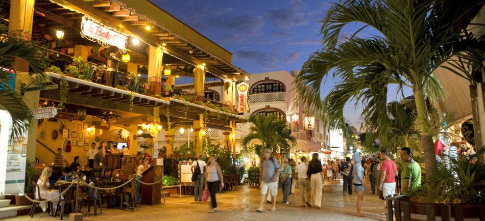 Вечерняя улица в Плая дель Кармен. Прогулки по вечерним улицам в Мексике
