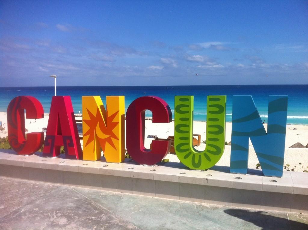 Канкун. Надпись на пламя Дельфинес. Я люблю Канкун
