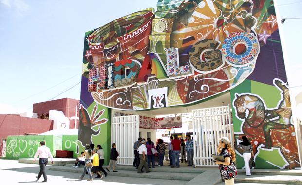 Красочная надпись Идальго на стене. Яркие краски Мексики
