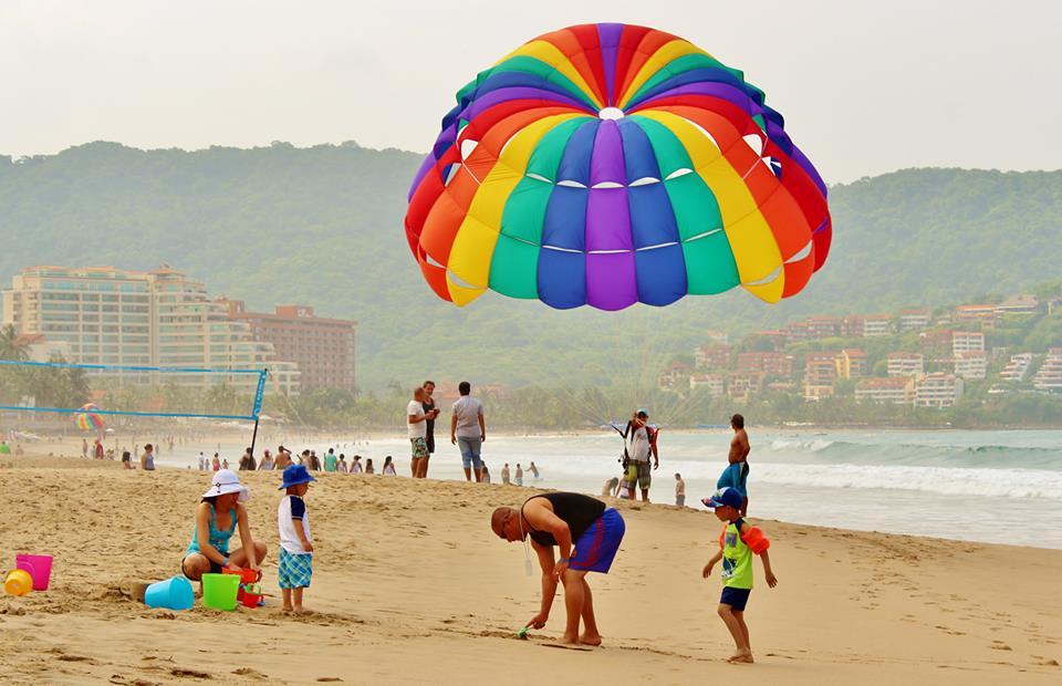 Отдыхающие туристы на пляже Эль Пальмар. Икстапа. мексиканская ривьера