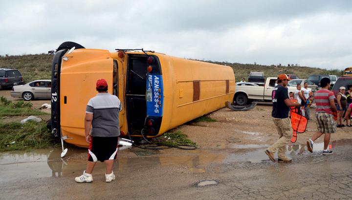 Перевернутый школьный автобус в результате прошедшего по территории одного из штатов Мексике урагана