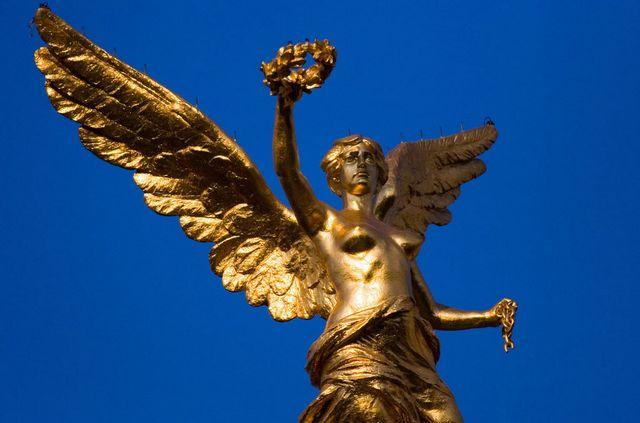 Позалоченная фигура Ангела Независимости Мексики установленная ко Дню Независимости