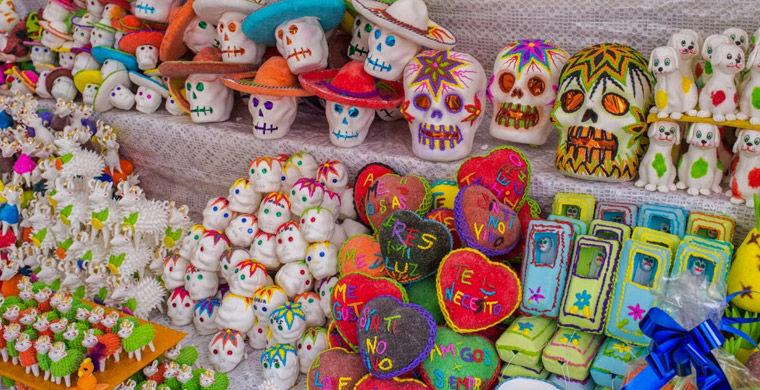 Продажа сахарных черепушек в день мертвых в Мексике