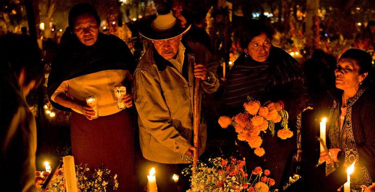Рядовые мексиканцы пришли зажечь свечи в честь праздника смерти