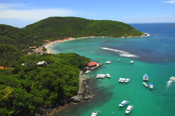 Экскурсионные катера прибывают на Исла Икстапа. Остров в Мексике