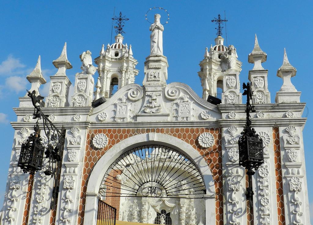 Барельефы и рукотворные белые башки Базилики Богоматери Окотлан в Тласкале удивляют приезжающих туристов