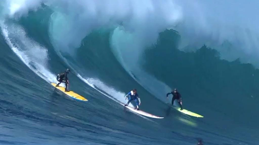 Серферы катаются на волнах на курорте Родос Сантос в Мексике