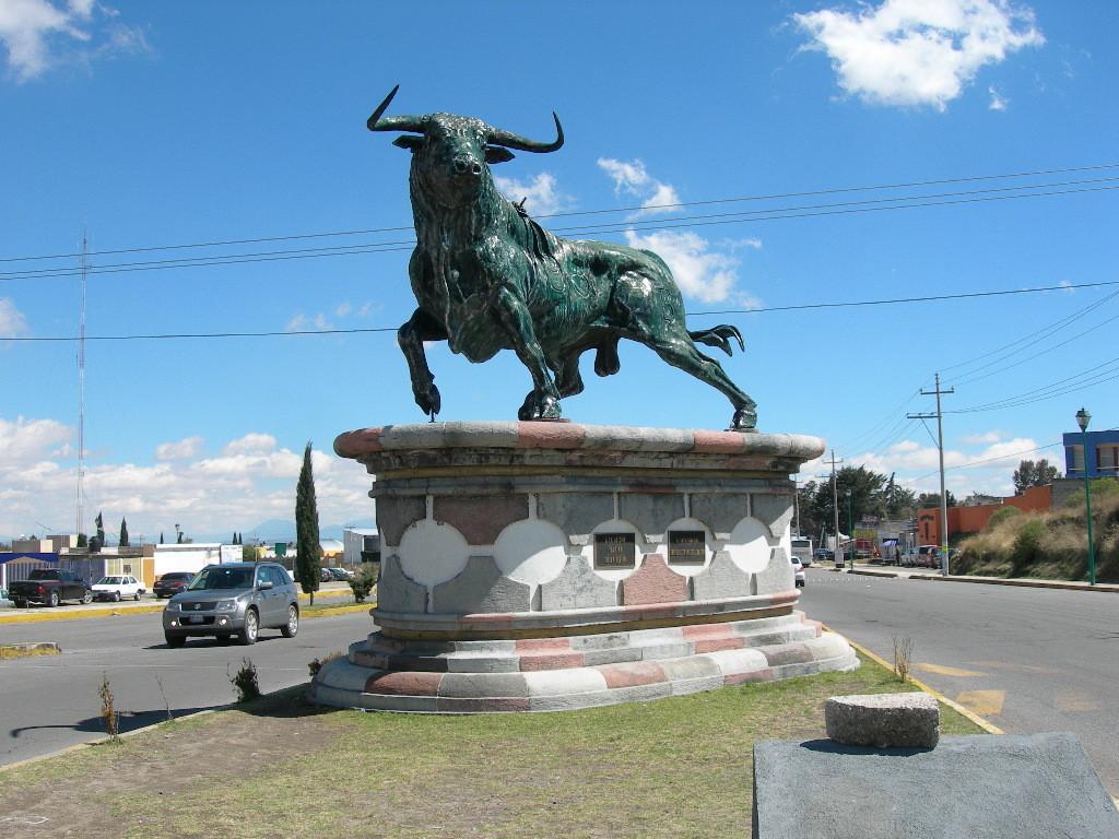 Бык готов к корриде. Монумент в честь быка открывающего ежегодную неделю корриды
