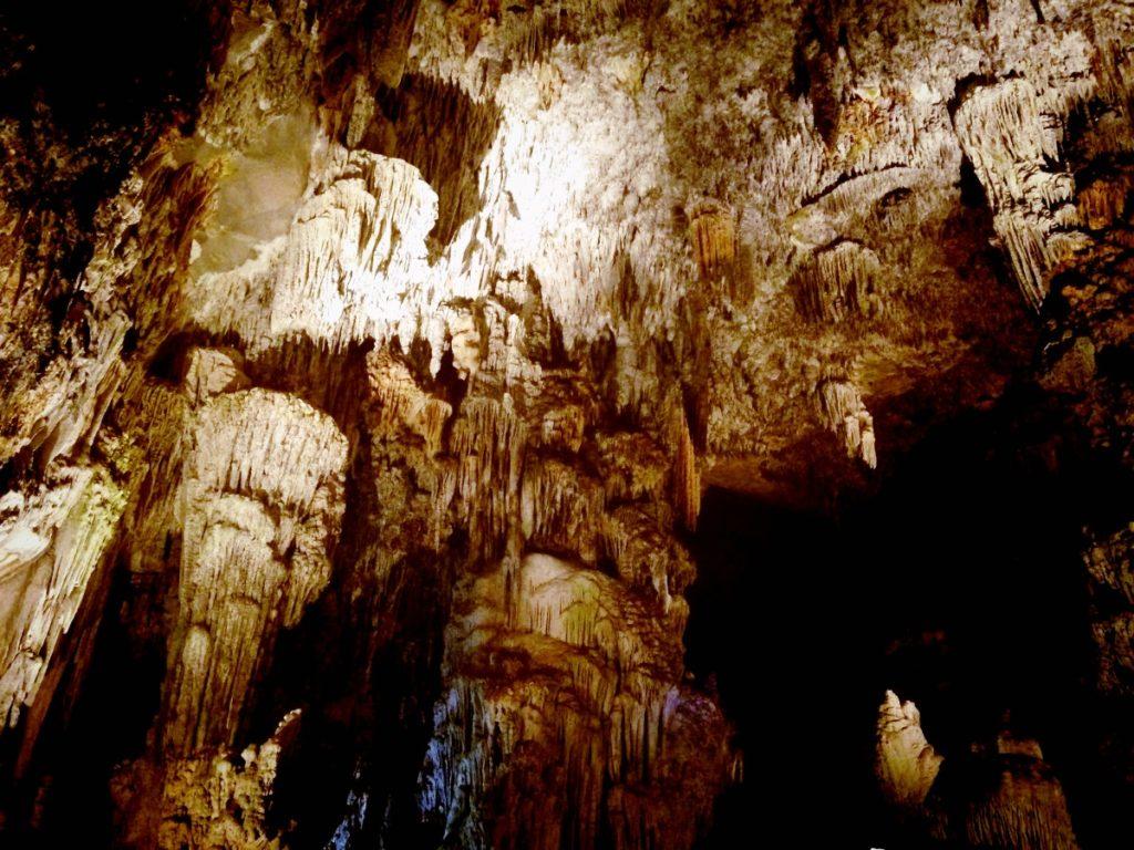 Гроты Какаумильпа это настоящее царство сталактитов и сталагмитов, штат Герреро