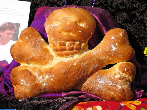 Сдобная булочка черепушка с костями. Мексика