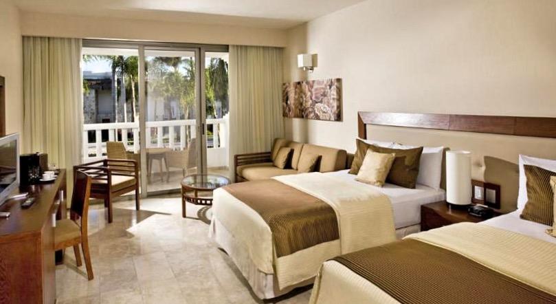 Великолепный номер отеля Grand Riviera Princess с двумя двуспальными кроватями может разместить дружное семейство в количестве до четырех человек.