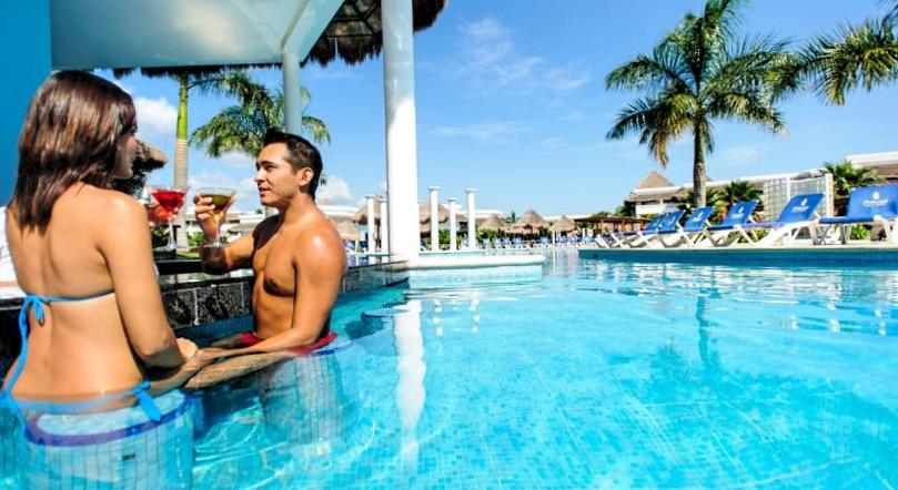 Насладится прекрасным только что приготовленным коктейлем, не выходя из бассейна вы можете в отеле Grand Riviera Princess.
