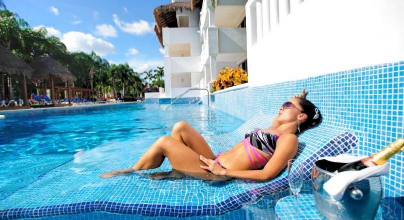 Персональное обслуживание непосредственно в бассейне доступно некоторым отдыхающим в отеле Grand Riviera Princess.