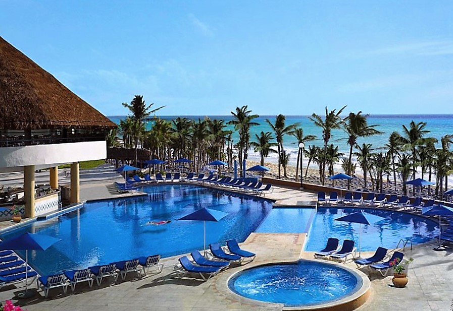 Зона отдыха с бассейном в отеле Вива Виндхэм Майя, Мексика