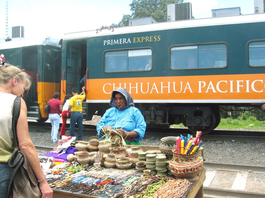 Сувениры рукодельниц индейцев племени Тараумара на Железнодорожной станции, Чиуауа Пасифико
