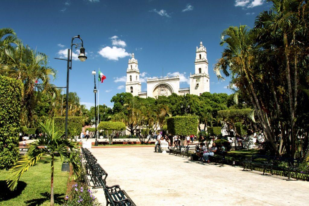 Городской парк в Мериде с выходом к кафедральному собору города