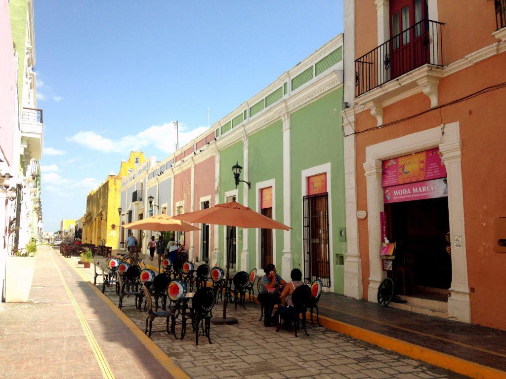 Разноцветные уютные улицы города крепости Кампече, Мексика