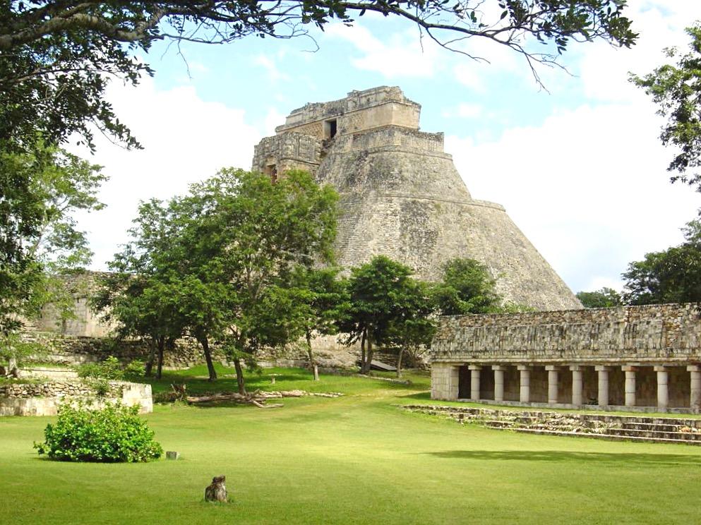 Руины города Ушмаль, Пирамида Волшебника в стиле Пуук, Юкатан, Мексика