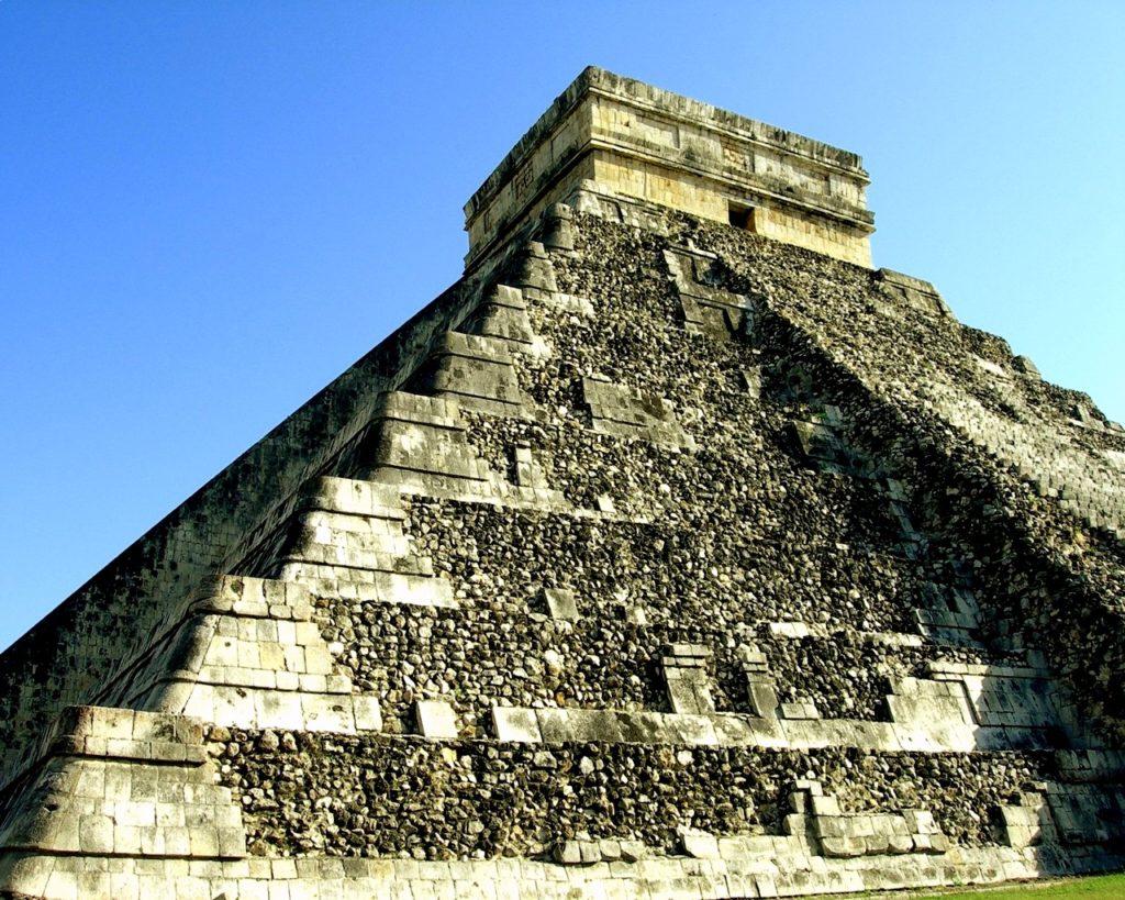 Пирамида Эль Кастильо построенная в честь божества Кукулькан, Чичен-Ица, Мексика