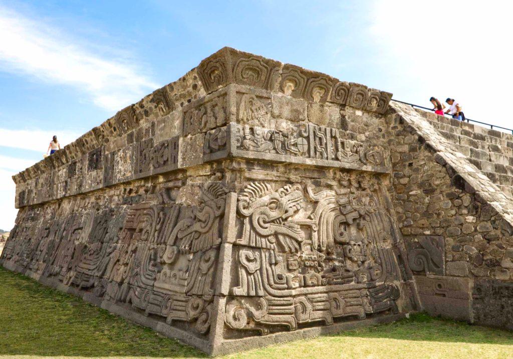 Витиеватые барельефы пирамиды в археологическом комплексе Шочикалько