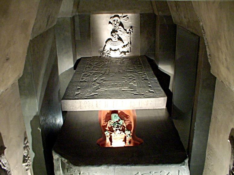 Место захоронения правителя Пакаля в пирамиде Храма Надписей. Руины города Паленке, Мексика