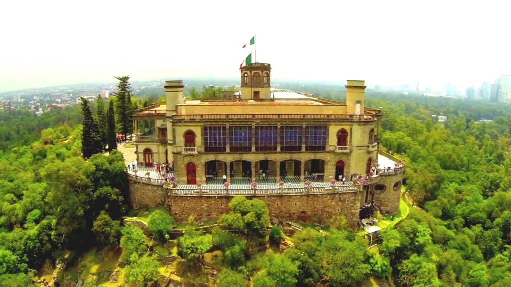 Утопающий в зелени Замок Чапультепек - резеденция императора Максимилиана, Мехико Сити