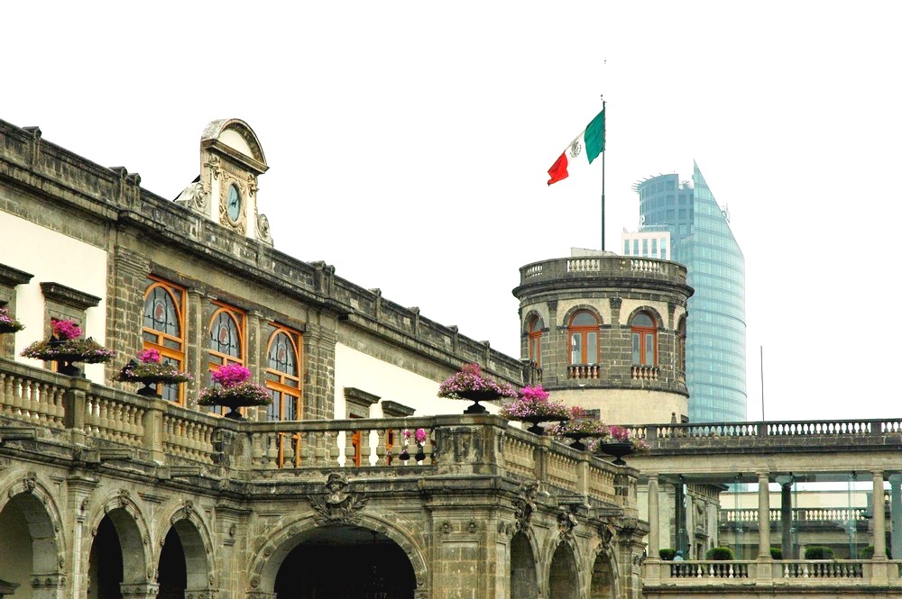 Смотровая башня Замка Чапультепек с мексиканским флагом, Мексика