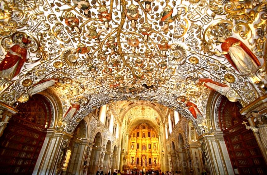 Внутреннее убранство церкви Санто Доминго покрытое сусальным золотом, Оахака, Мексика