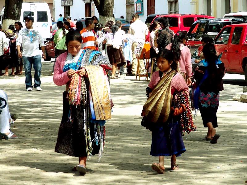 indejskie-devochki-plemeni-cocil-na-ulicax-san-kristobalya-meksika