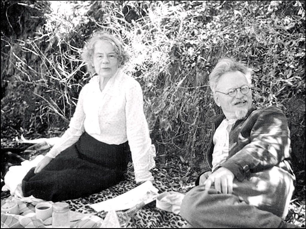 На пикнике Лев Троцкий с женой Натальей Седовой, Мексика