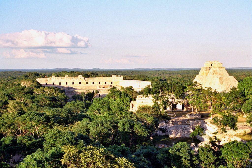 В штате Юкатан находится интересный город Ушмаль с пирамидой Волшебника и Великой пирамидой.
