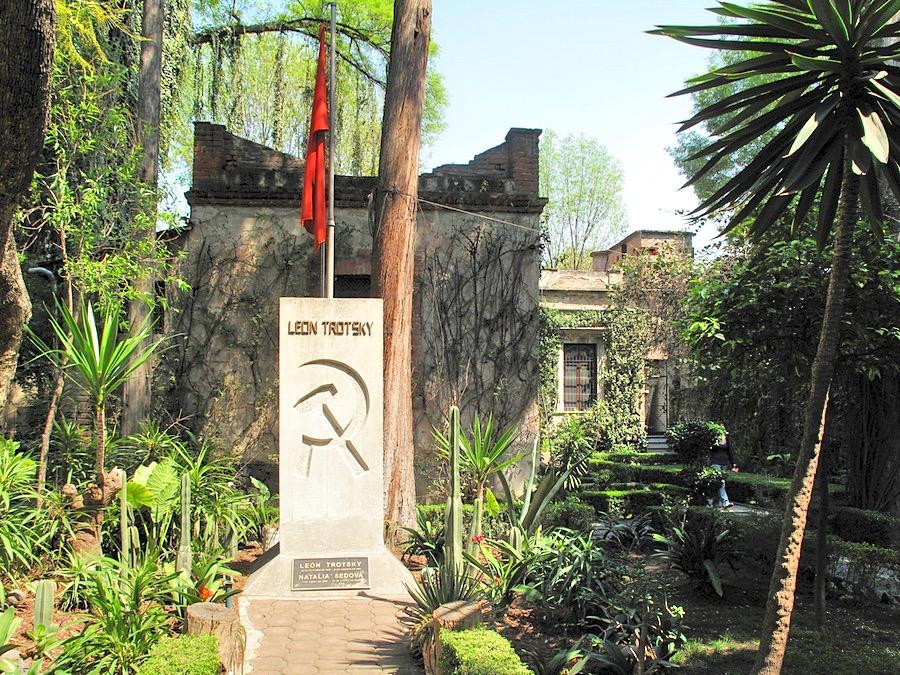 Памятник на могиле Льва Троцкого Серп и Молот находится во дворе дома в Мексике