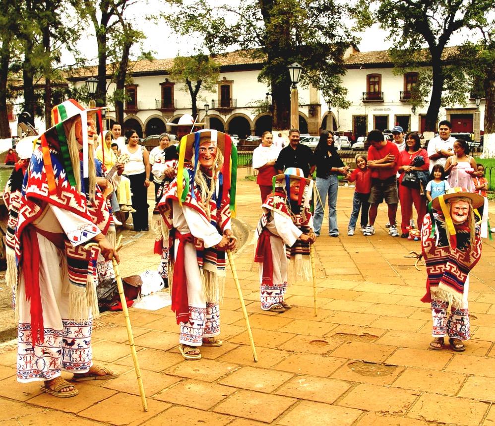 Традиционные костюмы штата Мичоакан для Танца маленький Старичков, Мексика