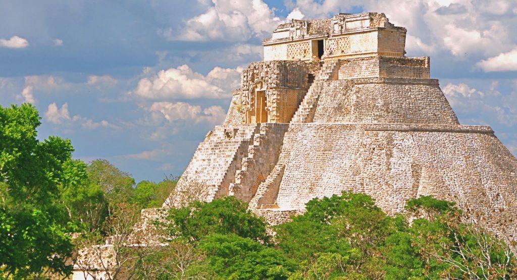 Монументальная Великая пирамида, высоко возвышающаяся над мексиканской сельвой. Ушмаль