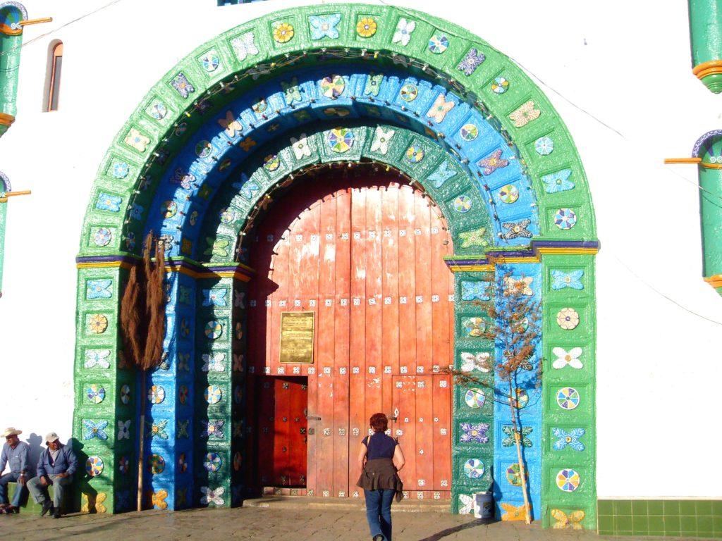 Главные ворота в необычный Храм Сан Хуан, деревня Сан Хуан Чамула, Мексика