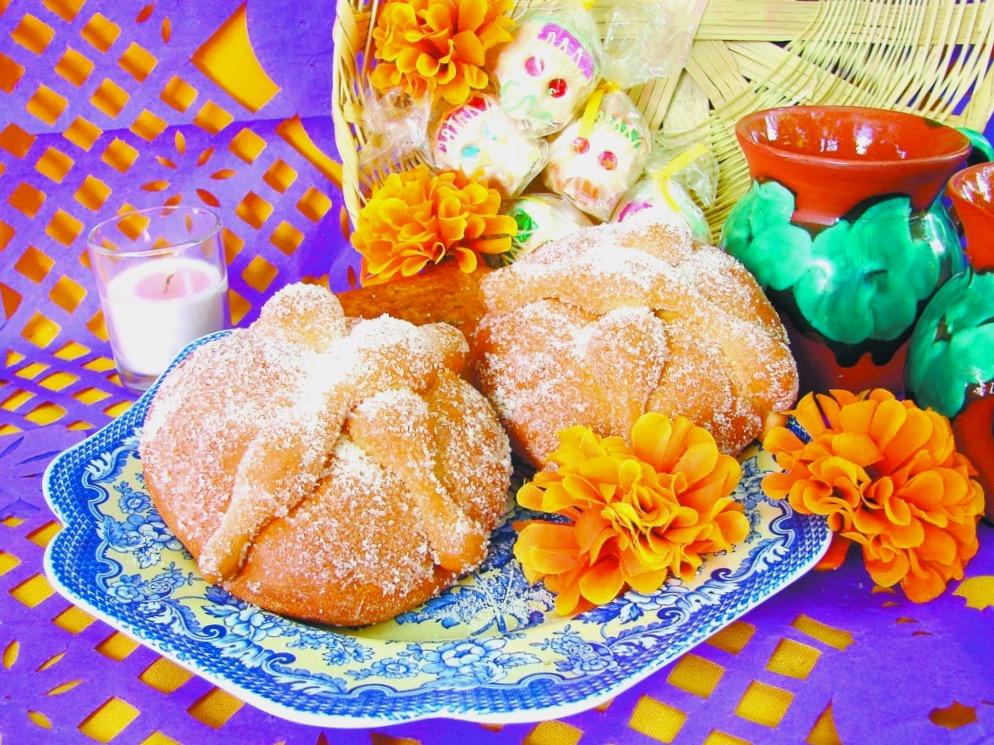 Традиционный хлеб Пан де лос Муертос в праздник День Мертвых, Мексика