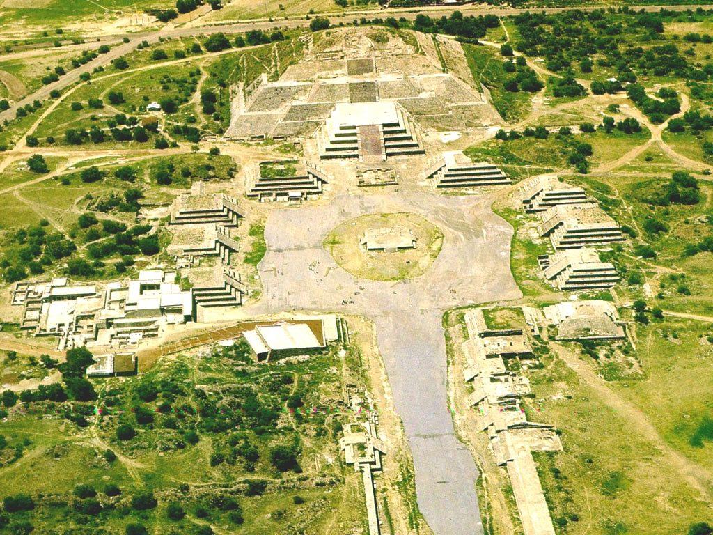 Таинсивенный древний город индейцев ацтеков Теотиуакан с высоты птичьего полета, пирамиды Мексики.