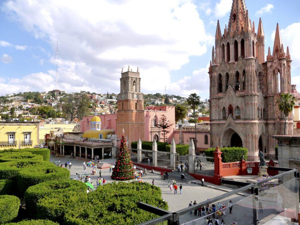 Центральный парк города Сан Мигель де Альенде и приходская церковь Святого Архангела Михаила из розового камня, Мексика