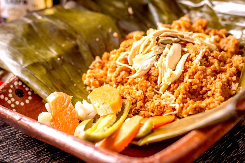 Сакауиль - традиционное блюдо со свининой в банановых листьях, штат Веракрус