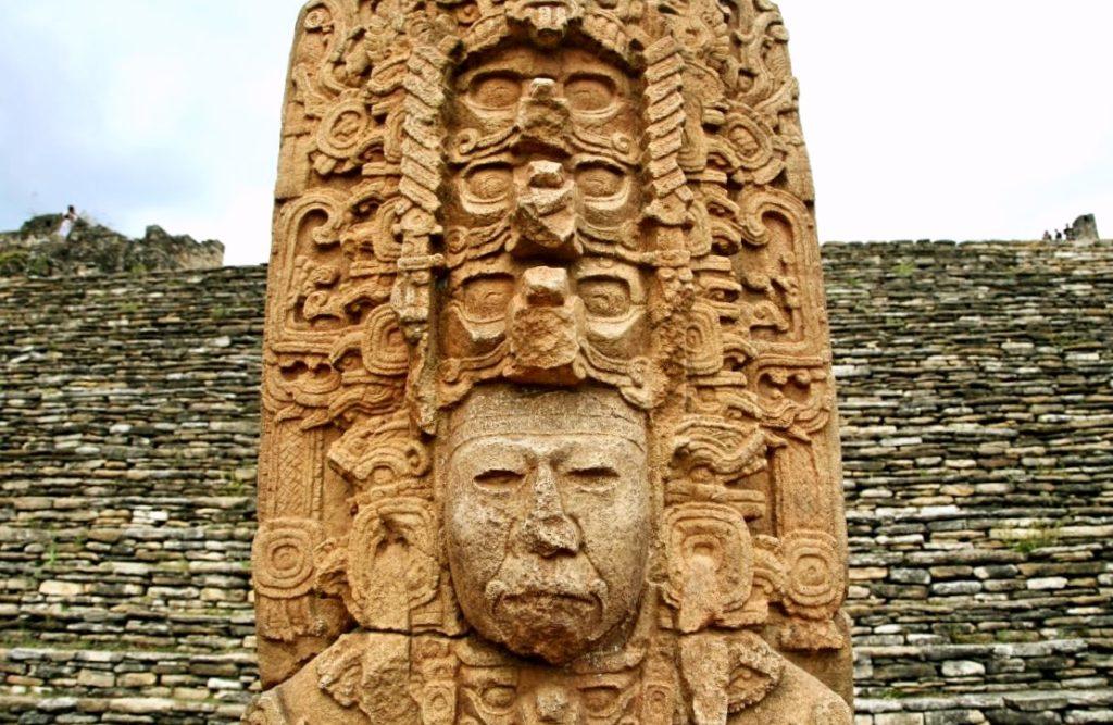 Каменная стела война города Тонина, воздвигнутая у подножия пирамиды, Мексика
