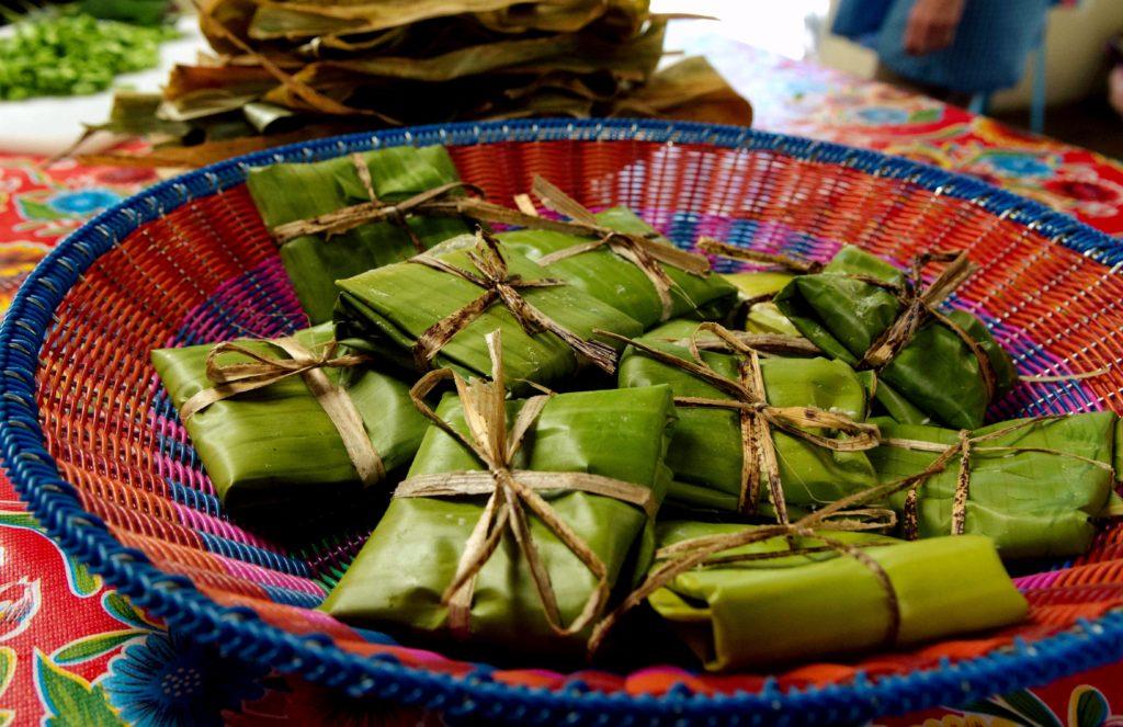 Самое популярное и любимое блюдо - Тамалес из маисовой муки и завернутые в банановые листья, Мексика