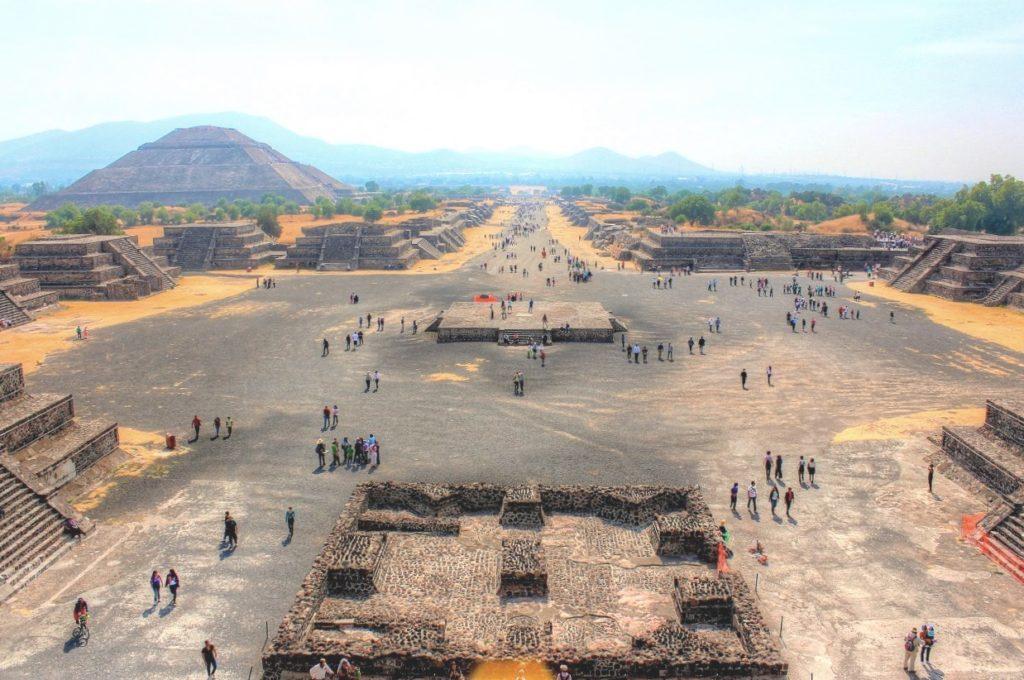 Дорога Мертвых или Мишкоатли, главная магистраль древнего города Теотиуакан, Мексика