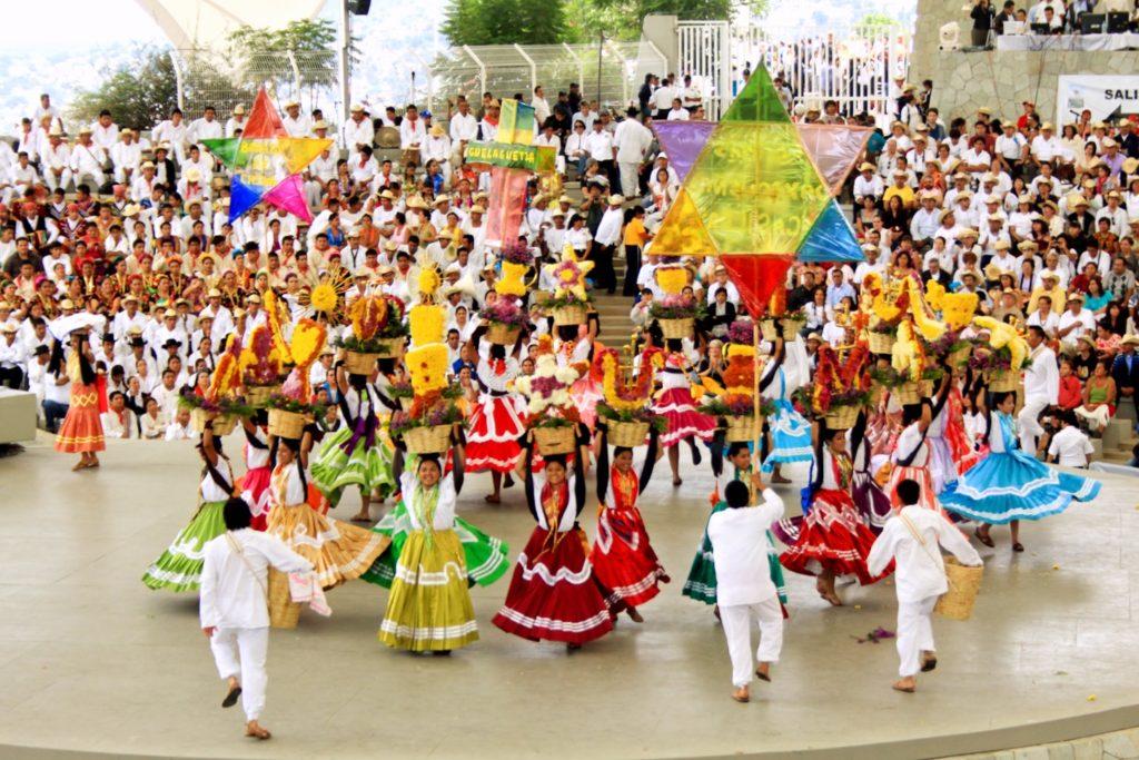 Национальные танцы в традиционных мексиканских костюмах в честь праздника Гелагеца, штат Оахака, Мексика